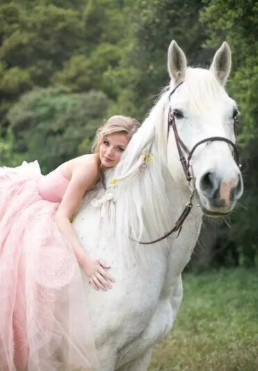 骑白马的不一定是王子,也不是唐僧,而可能是精灵般的女人.